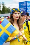 Het mooie meisje steunen van de voetbalteam van Zweden royalty-vrije stock afbeelding