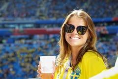 Het mooie meisje steunen van nationaal de voetbalteam van Zweden royalty-vrije stock foto's