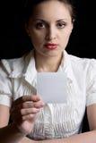 Het mooie meisje toont een blad van document Royalty-vrije Stock Foto