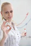 Het mooie meisje toont een grafiek Stock Afbeelding