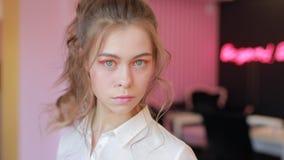 Het mooie meisje toont haar heldere de lentemake-up aan stock video