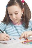 Het mooie meisje trekt met kleurenpotloden Stock Fotografie
