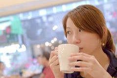 Het mooie meisje van Azië met koffie stock fotografie