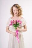 Het mooie meisje van de blondelente met bloemen Royalty-vrije Stock Afbeelding