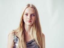 Het mooie meisje van de blondevrouw met lang blond vlot haar en galant stock foto