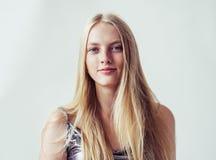 Het mooie meisje van de blondevrouw met lang blond vlot haar en galant royalty-vrije stock afbeeldingen