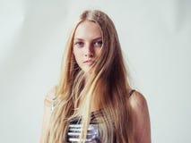 Het mooie meisje van de blondevrouw met lang blond vlot haar en galant royalty-vrije stock fotografie