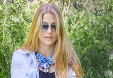 Het mooie meisje van de bohostijl op groene aardachtergrond royalty-vrije stock afbeeldingen