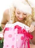 Het mooie meisje van de santahelper met Kerstmisgiften royalty-vrije stock afbeeldingen