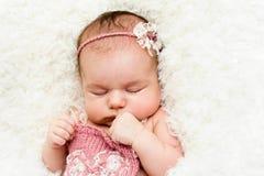 Het mooie meisje van de slaap pasgeboren baby Stock Afbeeldingen