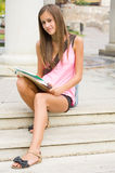 Het mooie meisje van de tienerstudent. Stock Foto's
