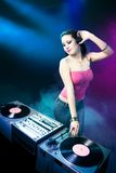 Het mooie meisje van DJ bij de club Stock Foto