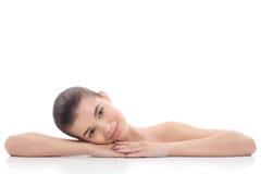 Het mooie meisje, vrouw na kosmetische procedures, facelift, gezichtsmassage, bezoekt een schoonheidsspecialist, massage Stock Afbeelding