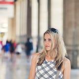 Het mooie Meisje wacht bij de Terminal van de Spoorweg Royalty-vrije Stock Fotografie