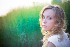 Het mooie meisje zit close-up royalty-vrije stock foto's