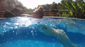 Het mooie Meisje zwemt Onderwater stock videobeelden