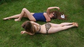Het mooie Meisjes Zonnebaden stock video