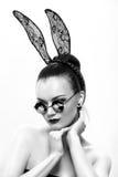 Het mooie meisjesmodel in een beeld van een konijn stock fotografie