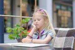 Het mooie menu van de kindlezing in de koffie Royalty-vrije Stock Afbeelding