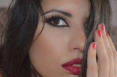 Het mooie model met verleidelijke make-up ziet eruit Stock Afbeeldingen