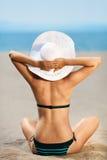 Het mooie model ontspannen op een strand Stock Afbeelding