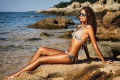 Het mooie model ontspannen op een strand Stock Fotografie
