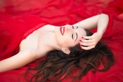 Het mooie Model ontspant het Bepalen met een Glimlach op haar Gezicht Royalty-vrije Stock Afbeeldingen