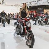 Het mooie model stellen bij EICMA 2014 in Milaan, Italië Stock Fotografie