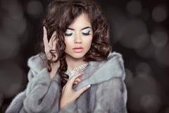 Het mooie model van de manier donkerbruine vrouw in geïsoleerde minkbontjas Stock Fotografie