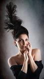 Het mooie model van de maniervrouw met chignon bij haar het hoofd stellen in studio stock afbeelding