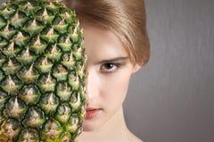 Het mooie model van de meisjesvrouw met vruchten stock afbeeldingen