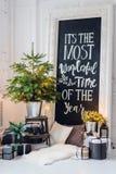 Het mooie moderne ontwerp van de ruimte in gevoelige lichte kleuren verfraaide met Kerstboom en decoratieve elementen Stock Fotografie