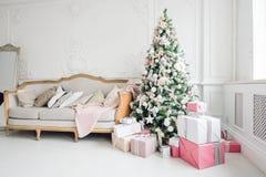 Het mooie moderne ontwerp van de ruimte in gevoelige lichte kleuren verfraaide met Kerstboom en decoratieve elementen Royalty-vrije Stock Afbeelding