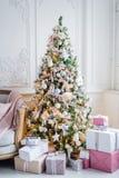 Het mooie moderne ontwerp van de ruimte in gevoelige lichte kleuren verfraaide met Kerstboom en decoratieve elementen Stock Foto's