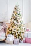 Het mooie moderne ontwerp van de ruimte in gevoelige lichte kleuren verfraaide met Kerstboom en decoratieve elementen Royalty-vrije Stock Afbeeldingen