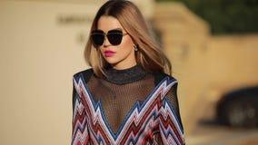 Het mooie modieuze vrouw model lopen in stad stock video