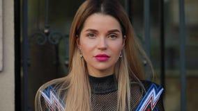 Het mooie modieuze vrouw model stellen dichtbij de luxebouw stock video