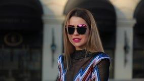 Het mooie modieuze vrouw model stellen in stad stock videobeelden