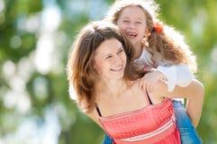 Het mooie moeder en dochter spelen Stock Foto