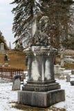 Het mooie monument van engel en andere grafzerken in de Wintersneeuw, Greenridge-Begraafplaats, Saratoga springt, NY, 2016 op Royalty-vrije Stock Fotografie