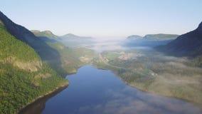 Het mooie natuurlijke landschap van Aardnoorwegen Het luchtmeer van lengtetysdalsvatnet stock video