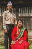 Het Mooie Nepali-paar Stellen voor foto in landelijke vil royalty-vrije stock afbeeldingen