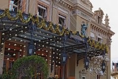 Het mooie nieuwe jaar verfraaide ingang aan het beroemdste casino in de wereld Oriëntatiepuntmening van Casino Monte Carlo royalty-vrije stock foto's