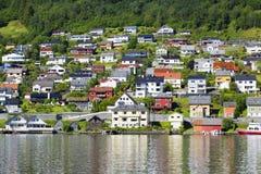 Het mooie Noorse dorp op het meer Hardanger Fiord Stock Afbeeldingen