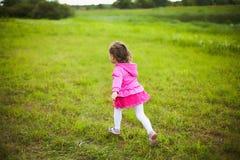 Het mooie onbezorgde meisje spelen in openlucht op gebied royalty-vrije stock afbeeldingen