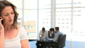 Het mooie onderneemster telefoneren stock video