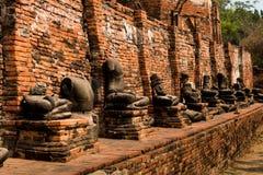 Het mooie oude standbeeld van onderbrekingsboedha bij de tempel van Wat Mahathat van de geschiedenisplaats Erfenis van land Thail royalty-vrije stock afbeeldingen