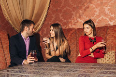 Het mooie paar drinken in restaurant royalty-vrije stock fotografie