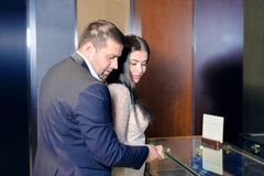 Het mooie paar kijkt door de vensters van opslagvenster royalty-vrije stock afbeelding