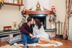 Het mooie paar kussen door de open haard royalty-vrije stock afbeelding